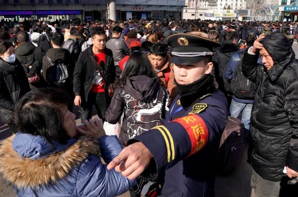 中國積極籌建「社會信用系統」,根據國民的行為進行評分,並給予相對應的措施,藉此強化監控力度。中國國家發展改革委員會近日公布,被評為「特定嚴重失信」者,搭乘火車或飛機的權益將受到限制。(路透)