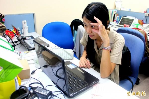 近5年來大學以下學生因使用3C產品導致眼疾就醫者暴增4成,年輕人使用3C產品應避免連續使用超過30分鐘,超過半小時應閉眼休息10分鐘。圖中人物非當事人。(資料照,記者郭逸攝)