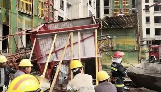 工人正在撐起從高處掉落扭曲變形的梯箱救人。(圖擷自微博)