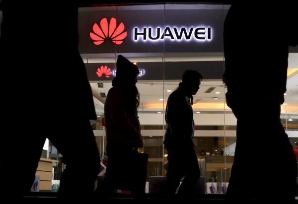 日本政府擬跟進美國,排除華為技術與中興通訊的相關產品,中國外交部暴怒,跳腳表示「嚴重關切」。(美聯社)