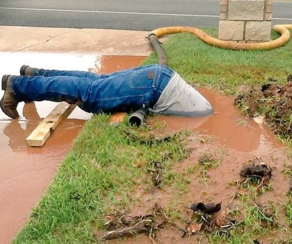 柯克斯為了修水管,將上半身浸入泥水之中。(圖片擷取自推特)