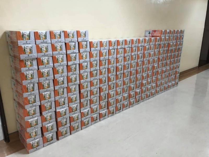 星宇航空捐贈4800瓶的胡蘿蔔綜合蔬果汁給衛生福利部桃園醫院。(照片取自衛生福利部桃園醫院臉書)