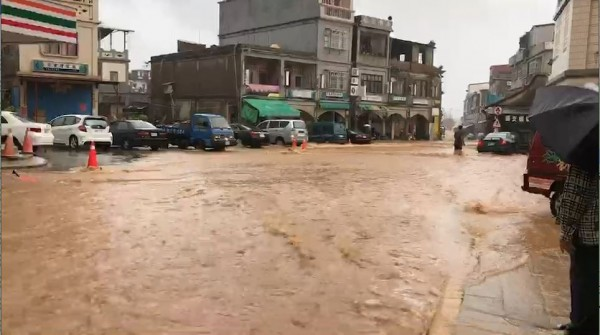 由於鋒面接近,金門烈嶼鄉下起罕見雷雨,水淹及膝,流速湍急,令居民苦喊「回不了家欸!」(民眾提供)