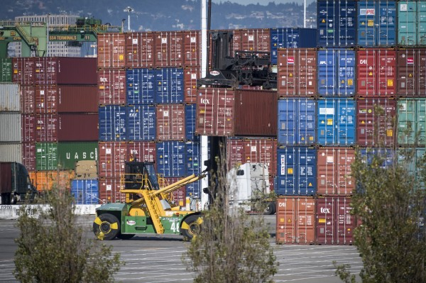 外媒指出,貿易戰已讓部分美中小企業開始裁員。(彭博)