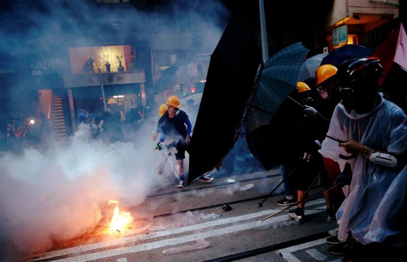警方已施放催淚彈並舉起橙旗,展開清場行動。(路透)