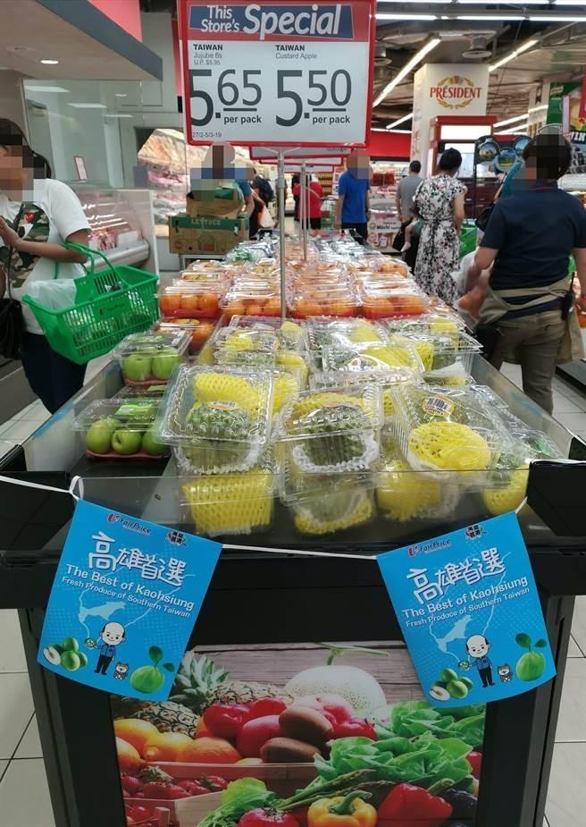 日前有韓粉在「韓國瑜後援會」分享照片,表示新加坡超市出現一排過去沒有的「高雄首選」專區,專門販售高雄蜜棗等水果產品,一旁還有韓國瑜Q版賣菜郎跟柴犬圖片。(圖擷取自「韓國瑜後援會」)
