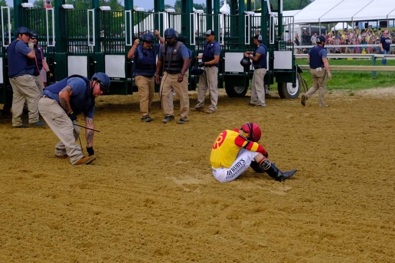 騎師維拉斯奎茲(John Velazquez)被甩後相當失落,從落地點可看到他才出閘門不遠就落馬。(今日美國)