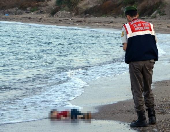 昨日一名3歲難民男童遺體趴在土耳其海岸的照片,引起全球關注,歐洲媒體紛紛以「這不能讓歐洲重拾人性,什麼能?」為標刊載在頭版。(美聯社)