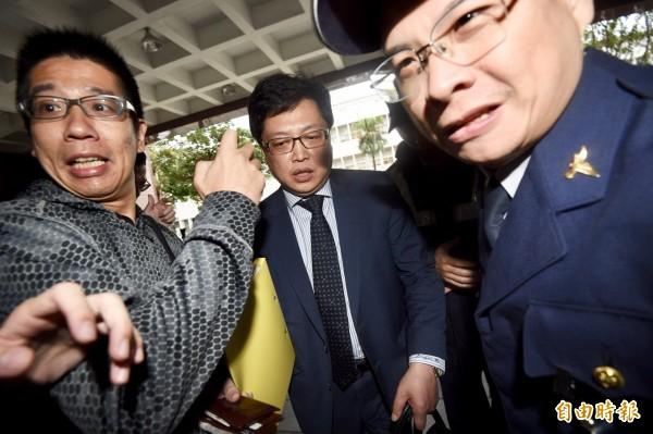 導演鈕承澤在11月涉嫌性侵女員工,台北地檢署原本在7日下午四點傳喚鈕承澤到案,最後鈕並未現身,由律師胡原龍代為出面。(記者羅沛德攝)