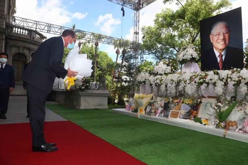 美國衛生部長阿札爾(Alex Azar)(前左)12日上午前往台北賓館弔唁前總統李登輝,並獻花致意。(中央社)