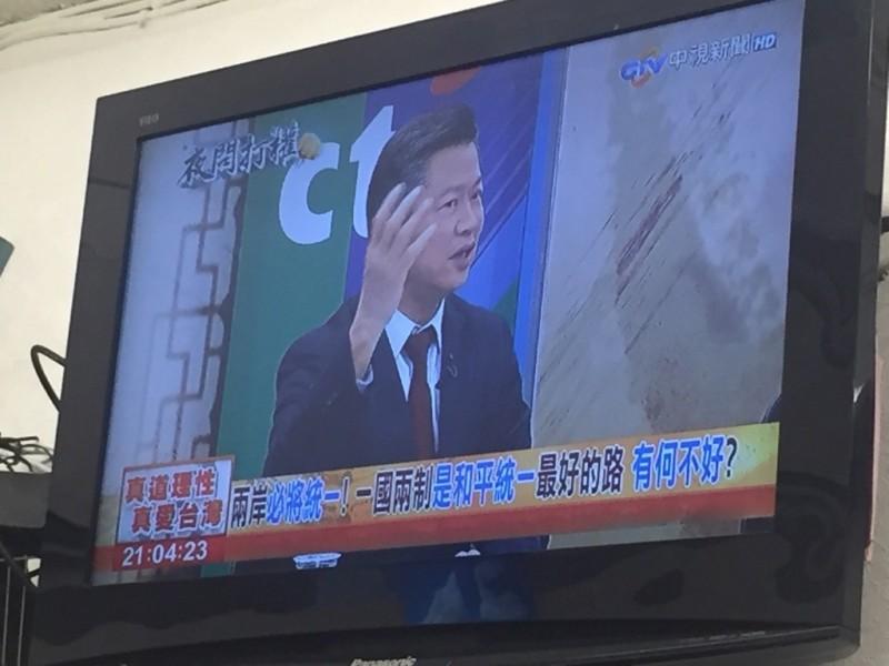 有網友發現,昨晚(19日)有政論節目字幕打上「一國兩制是和平統一最好的路,有何不好?」消息曝光後遭網友砲轟,「根本為匪宣傳」、「這幾乎是內亂外患罪吧」。(圖擷取自PTT)