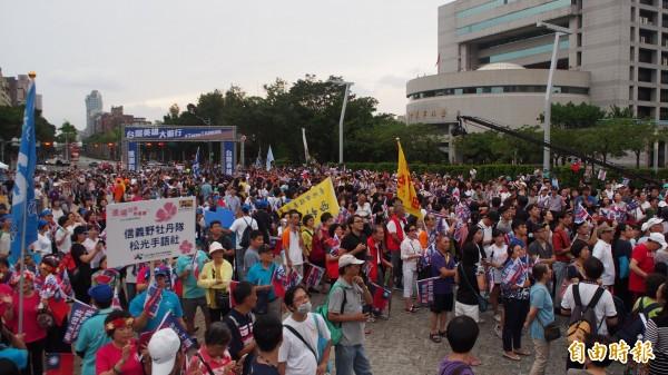 台北市政府前廣場擠滿人潮,迎接「台灣英雄」。(記者蔡亞樺攝)