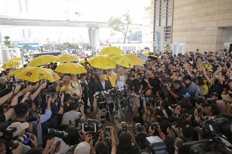 佔中九子案今(24)日判刑,陳健民、戴耀廷、朱耀明因為串謀公眾妨擾,遭法院判刑16個月。(美聯社)