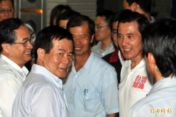 圖為2011年11月4日,馬英九(右)於立委江啟臣叔叔江文盛(中)家中進行HOMESTAY,江春男(左2)亦到場迎接。(資料照,記者廖耀東攝)