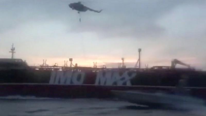 伊朗革命衛隊(Revolutionary Guards)19日以「違反國際海事規則」為由,扣押一搜英國籍油輪,並於昨(20)晚發布影片,顯示登船方式是比照日前英國扣押伊朗油輪手法。(路透)
