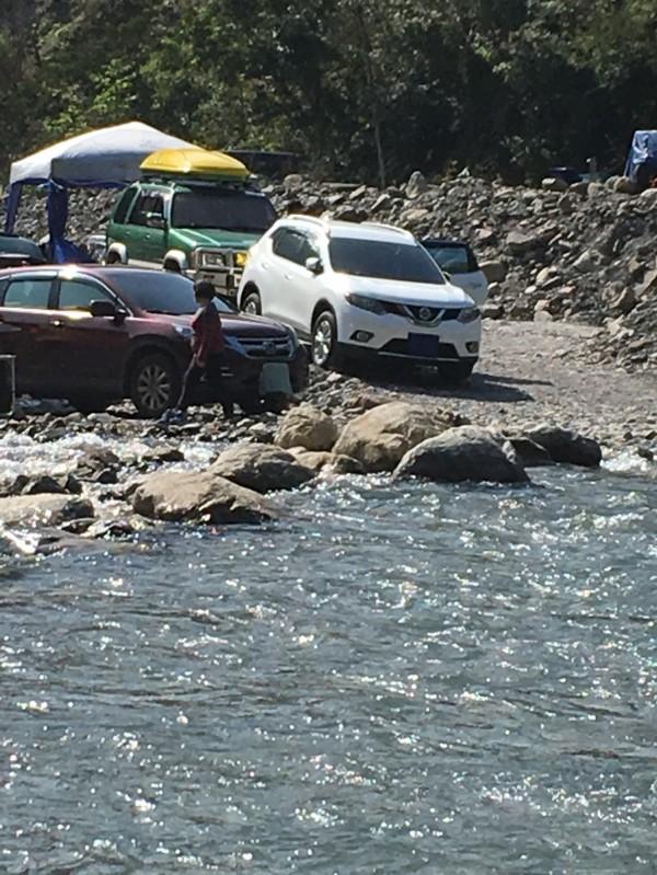 大同鄉芃芃野溪溫泉一天內有百輛車硬闖,車主還遮住車牌掩人耳目。(圖由讀者提供)