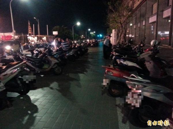 新北市新莊區天祥街15巷內5戶人家,光是上個月就收到50張違規停車罰單,還有商家一個月繳了40張罰單。(資料照)