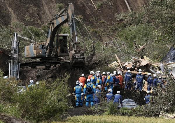 日本北海道震災至今,死亡人數已上升至35人,另外還有2人心肺功能停止,失蹤人數目前則尚有3人,搜救行動也仍在繼續。圖為日本搜救隊員正在進行搜救。(歐新社)
