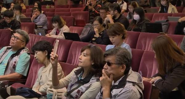 台北市長選舉開票從昨天(24日)下午4時一直鏖戰到今天(25日)凌晨2時許,柯P於凌晨3時半召開記者會時,網友發現柯文哲夫人陳佩琪(左二)似乎在閉眼補眠。(圖擷自柯文哲YouTube)