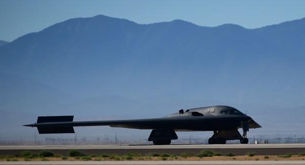 除了模擬轟炸,美軍也在上個月公開投擲GBU-57 MOP掩體炸彈的影像,同時進行了遠航訓練。圖為B-2隱形轟炸機。(法新社)