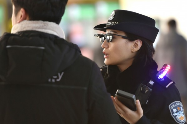 科技墨鏡可快速掃描人臉,連接數據資料庫進行身分比對。(法新社)