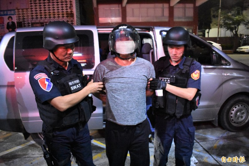 殺警兇嫌梅文魁(中)昨晚11點半被帶回新營分局偵訊。(記者楊金城攝)