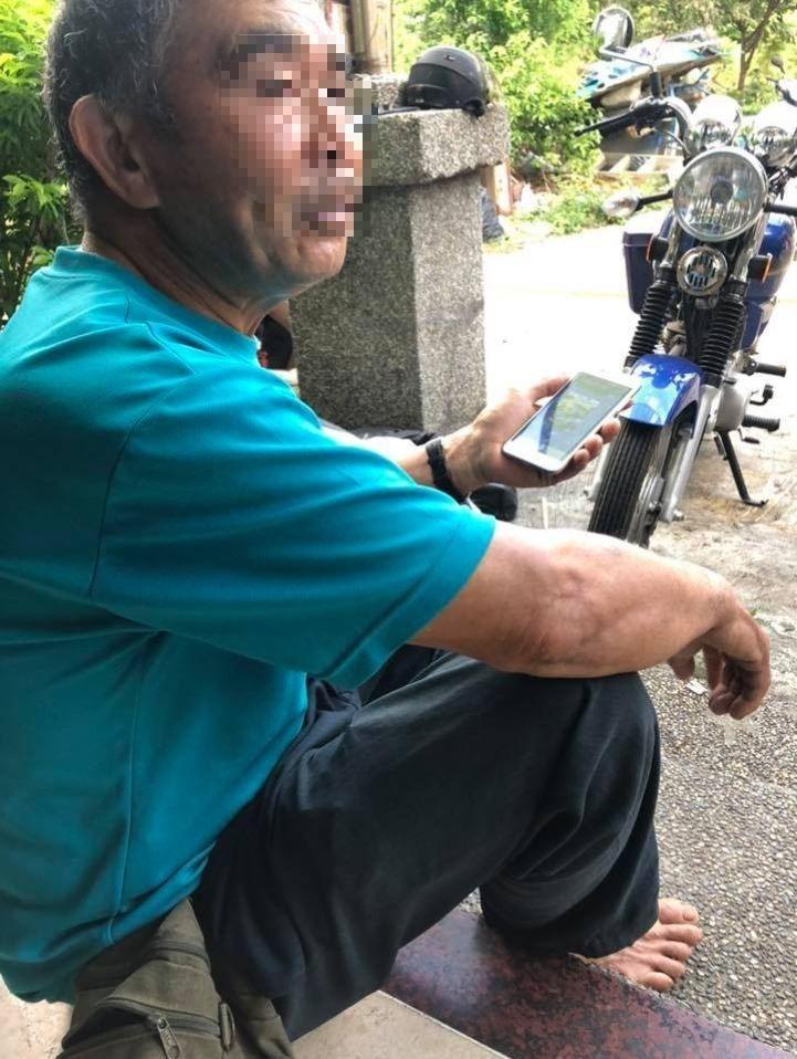 原PO貼出自己阿公的照片,可以看到他正在使用智慧型手機。(圖擷自爆廢公社)