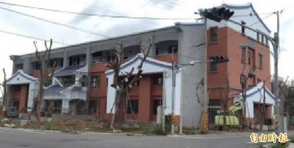 被罵像靈堂的新埔鎮公所新行政大樓有可能改頭換面。(記者黃美珠攝)