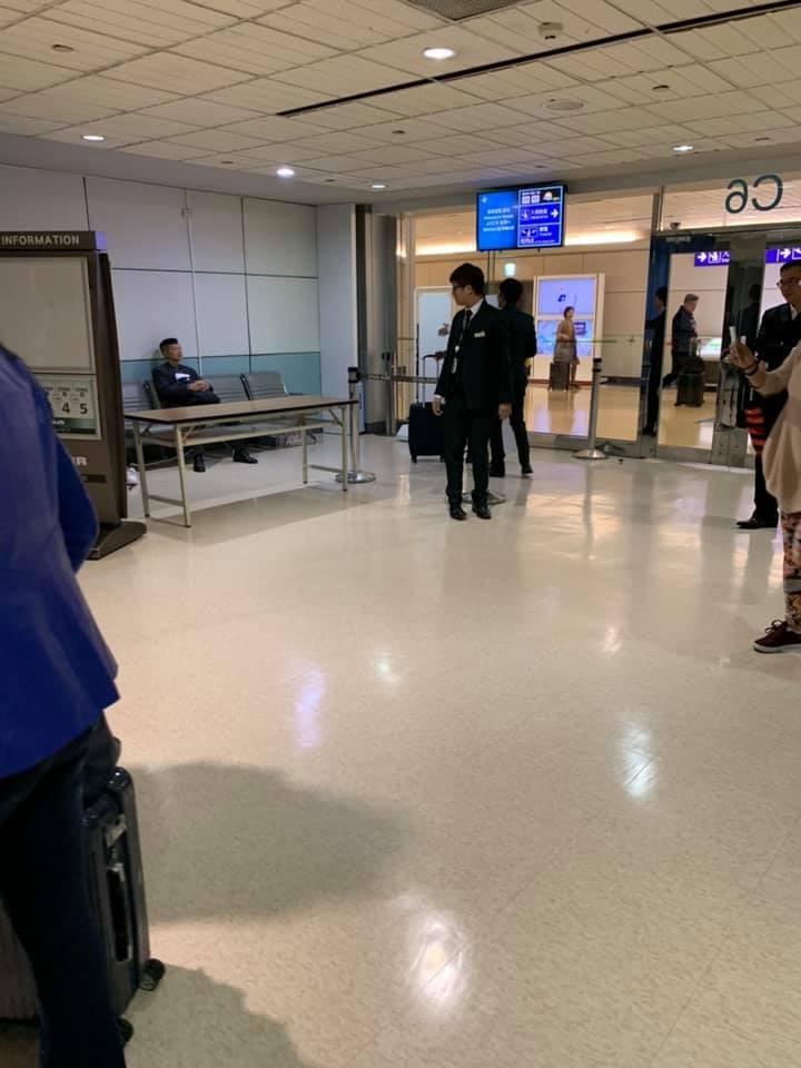 陳峻涵被抽中安檢,坐在椅子上等待的樣子被RJ拍了下來。(圖取自打臉名嘴臉書專頁)