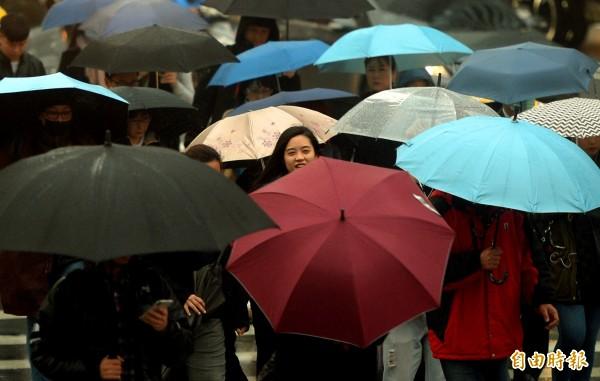 氣象局表示,這波東北季風將使北部及東部有降雨,其中基隆北海岸、宜蘭下雨時間較長,北部及東部其他地方則是會有間歇性小雨或毛毛雨,中南部今晚到明天白天可能有些飄雨。(資料照)