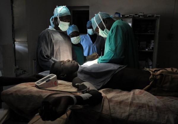 目前已有許多醫院引進機械手臂協助手術進行,但3年前有機械手臂發生問題影響手術,執刀的醫師也在近日還原當時的情況。(示意圖,法新社)