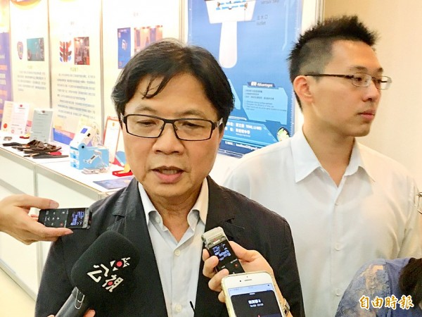 Minister of Education Yeh Jiunn-rong talks to reporters in Taipei yesterday about the National Taiwan University presidential election. Photo: Lin Hsiao-yun, Taipei Times