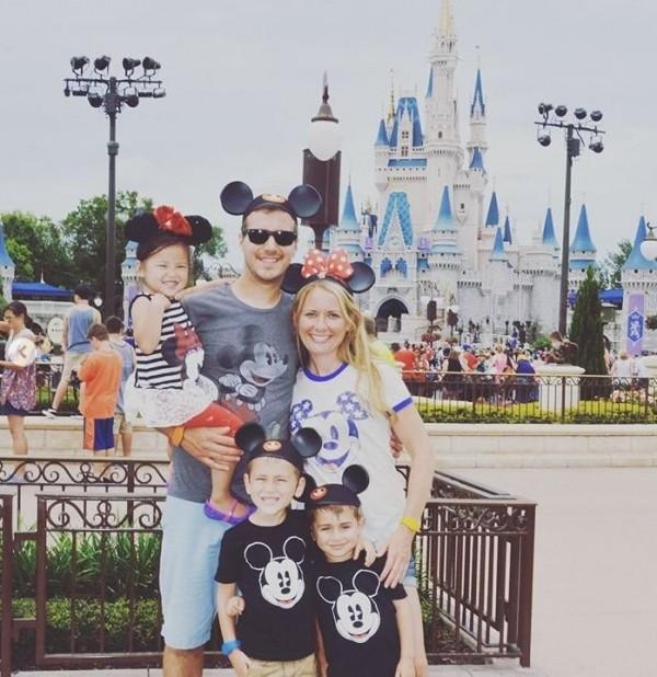 一家五口到迪士尼樂園遊玩。(圖擷取自Instagram)