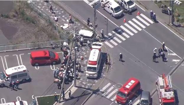 日本滋賀縣大津市今天上午發生汽車衝撞幼稚園路隊事件。(擷取自NHK電視畫面)