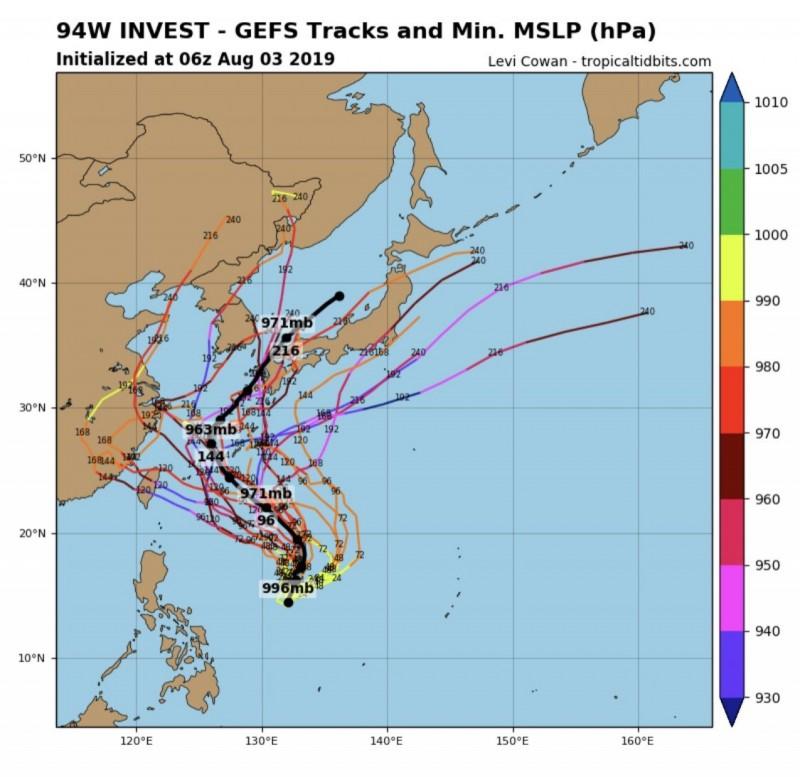 熱帶低壓「94W」的全球預報系統(GFS)模擬路徑圖。(圖擷取自tropicaltidbits)