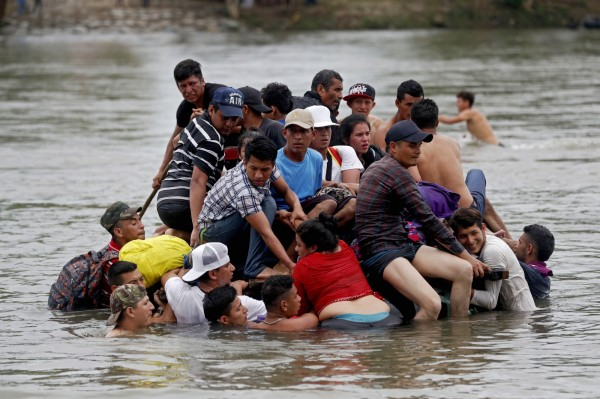 宏都拉斯移民冒險涉水渡河,進入墨西哥後持續朝美國移動。(歐新社)