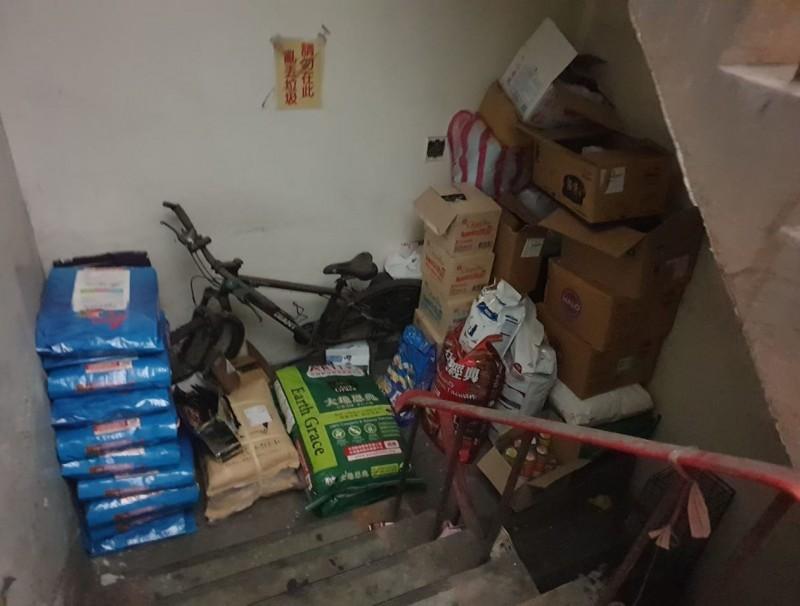 網友po出樓梯間的照片,非常雜亂。(圖擷自爆怨公社)