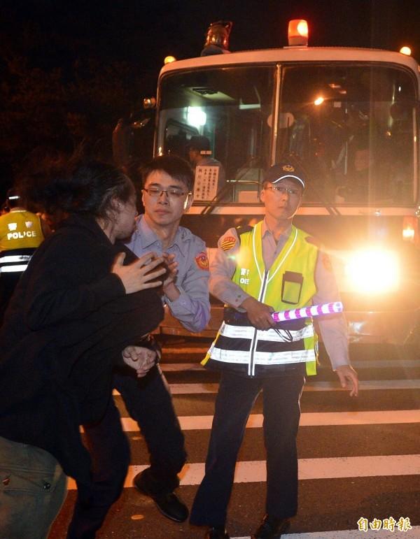 警備車載人準備要離去時,卻在寶慶路與重慶南路口遭民眾阻擋。(記者王藝菘攝)