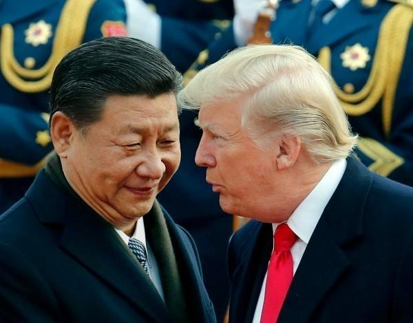 美國總統川普(圖右)下令,美國開始對另外約3000億美元中國商品加徵關稅展開規畫,也就是對中國全部輸美的產品加徵關稅。(美聯社資料照)