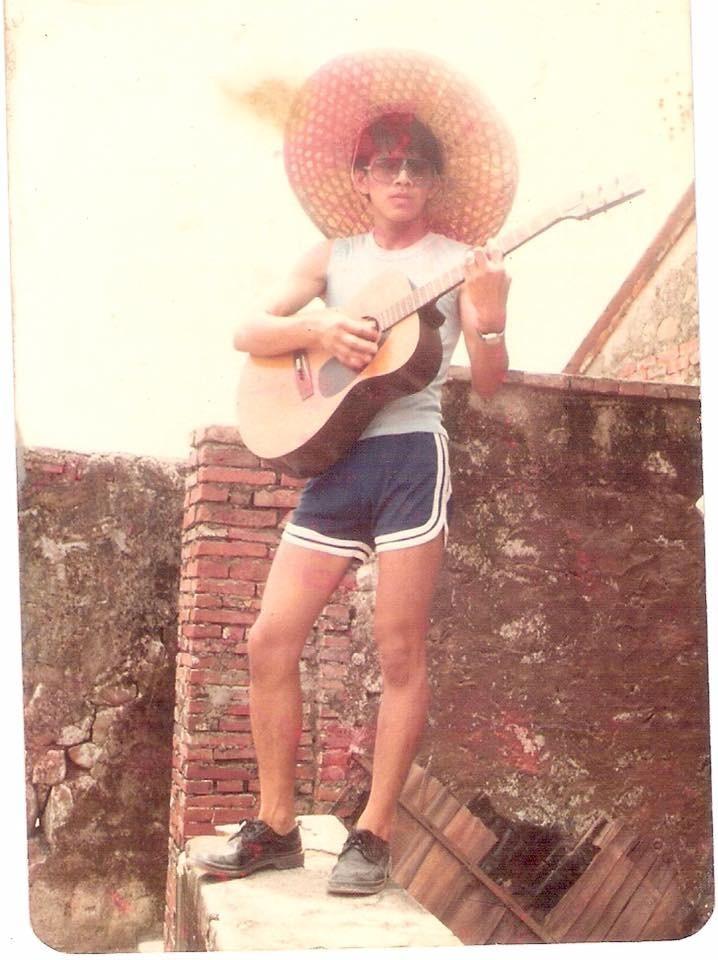 屏東縣長潘孟安的舊照最為年少輕狂。(圖取自臉書粉絲專頁《貓與邪佞的手指》)