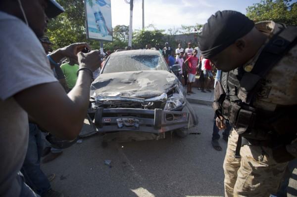 抗議民眾群情激憤砸毀政府車輛。(美聯社)