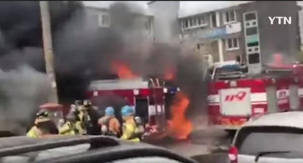 南韓工廠火災,一輛消防車救火跟著被燒毀。(圖擷自《YTN NEWS》YouTube)