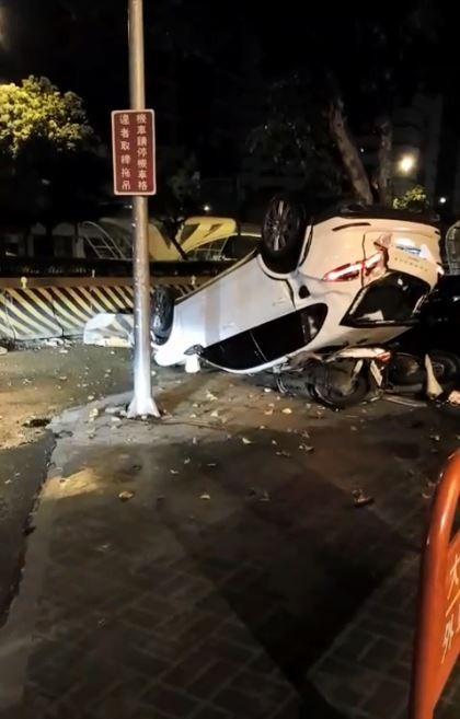 車禍現場碎片四散,機車被壓住,消防栓更直接從車頂插入車內。(擷取自臉書社團爆料公社)