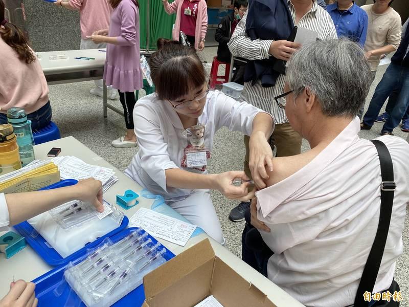 疫苗短缺淪「政治社會化」