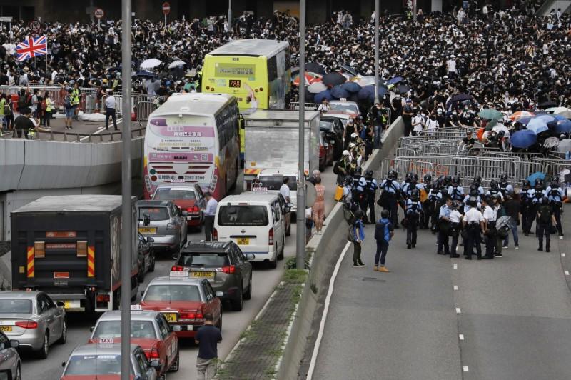 數萬民眾包圍香港立法會,交通癱瘓。(美聯)