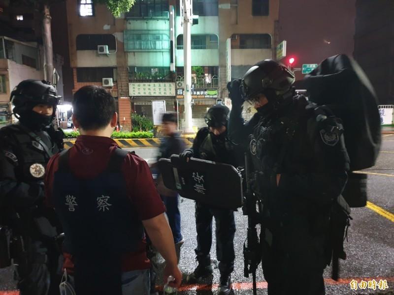 桃園市驚傳歹徒持槍彈挾持人質案,警方荷槍實彈處理危機。(記者周敏鴻攝)