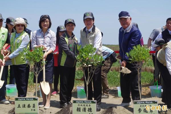 行政院長賴清德(右2)親手植樹,呼籲國人支持造林防治揚塵。(記者林國賢攝)