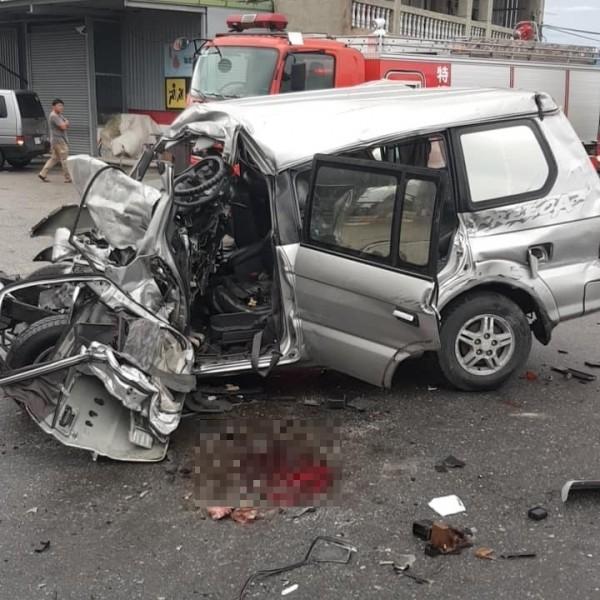 有民眾今早PO文指出,在台東的富岡加油站前發生一起休旅車翻覆車禍。(圖擷自臉書社團「台東臉書災害通報」)