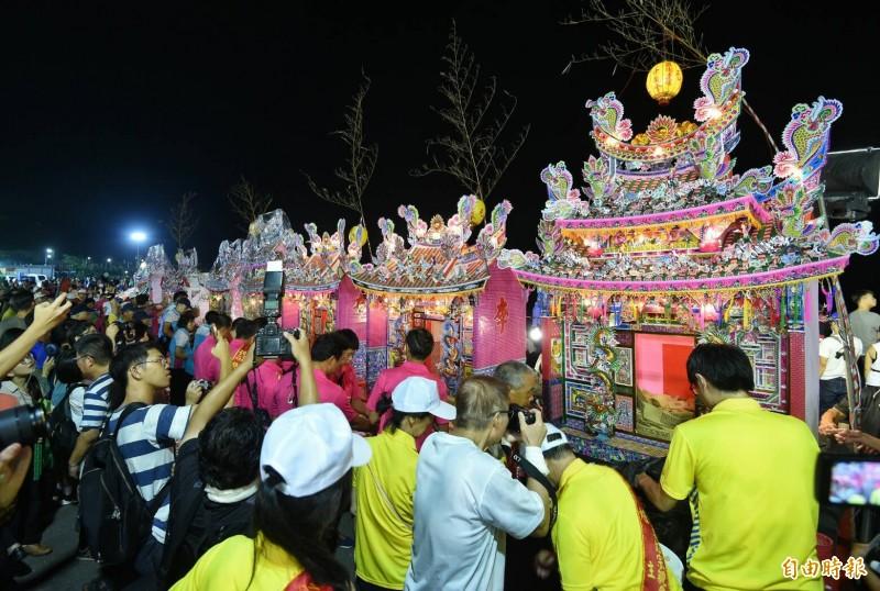 傳承165年的雞籠中元祭,在14日晚間舉行重頭戲放水燈遊行、施放水燈頭儀式。(記者劉信德攝)