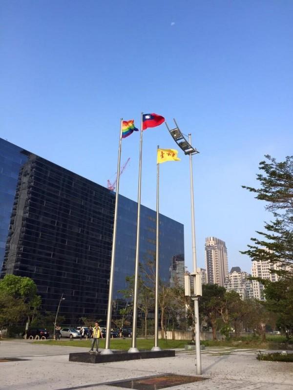 台中市政府今天上午分別於新市政大樓等3處辦公大樓升起彩虹旗,表達對同志的支持。(圖取自卓冠廷臉書)